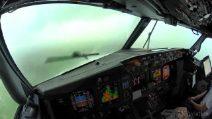 Dalla cabina di pilotaggio non si vede nulla: l'atterraggio dell'aereo nella tempesta è adrenalinico