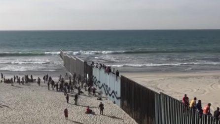 Decine di migranti scavalcano le recinzioni e superano il confine