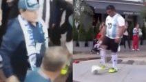 C'è qualcuno che lo sta imitando: Maradona non la prende bene e gli va incontro