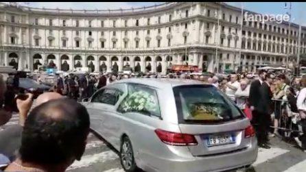 Funerali Carlo Vanzina, l'arrivo del feretro in chiesa tra gli applausi
