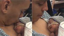 Il primo bacio del papà alla figlia appena nata: la reazione della piccola vi scalderà il cuore