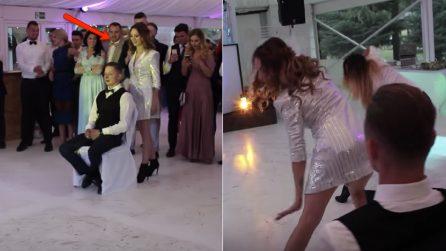 La sposa spunta all'improvviso alle spalle del marito: la sexy sorpresa spiazza gli invitati