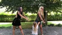 Michelle Hunziker e Aurora Ramazzotti si esibiscono nel ballo dell'estate per una spettatrice speciale