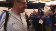 Maurizio Sarri scende dal pullman ed ecco l'accoglienza dei tifosi del Chelsea