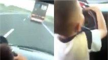 """""""Sorpassa!"""": bimbo di 7 anni guida in autostrada a 120 km/h mentre gli adulti ridono alle sue spalle"""