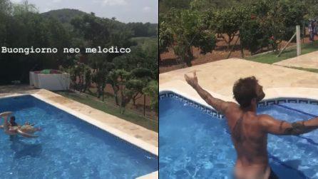 Stefano De Martino in vacanza con gli amici: il costume in piscina va giù