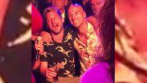 Drink e camicia estiva: Mertens si scatena con la sua canzone preferita
