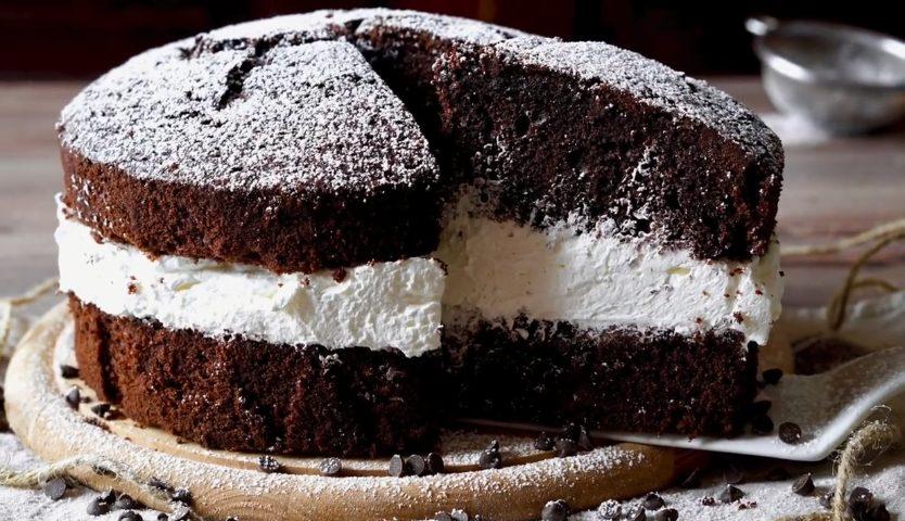 Torta Soffice Al Cioccolato Farcita Con Panna Unesplosione Di Gusto