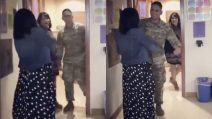 Riabbraccia finalmente suo figlio: il militare torna a casa e sorprende la mamma