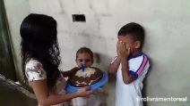 I gesti più semplici sono i più belli: il bimbo scoppia a piangere per la stupenda sorpresa
