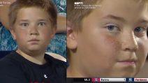 Durante la partita la telecamera inquadra il bambino: la sua reazione è divertentissima