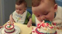 È il suo primo compleanno e lui ha un unico obiettivo: la torta
