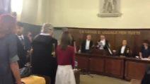 L'esultanza di Fabrizio Corona dopo la sentenza per il processo in cui era imputato