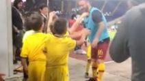 De Rossi saluta i piccoli tifosi che lo acclamano prima della partita