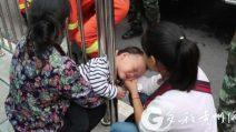 La mamma e la nonna si distraggono per un attimo: la bimba di 2 anni resta intrappolata così