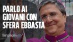 """Il vescovo che canta Sfera Ebbasta e Jovanotti per comunicare con i giovani: """"Faremo un aperitivo"""""""