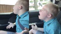 Il bambino è affetto dalla sindrome di down, quando inizia a cantare sconvolge tutti