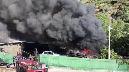 Taggia, vasto incendio in un autodemolitore: case evacuate e alte colonne di fumo tossico