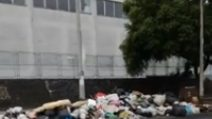 Emergenza rifiuti a Scampia: spazzatrici in strada e cumuli di immondizia sui marciapiedi