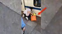 La bimba resta incastrata tra la banchina e il treno: mamma era distratta dal telefono