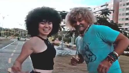 Valderrama si scatena con il corpo di ballo: la leggenda colombiana protagonista di un videoclip musicale
