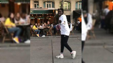 Parte la musica e lui inizia a ballare: il moonwalk spettacolare incanta tutti