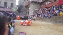 Palio Straordinario di Siena, le drammatiche immagini della caduta costata la vita al cavallo Raol