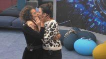 Grande Fratello Vip, il bacio tra Giulia Salemi e Martina Hamdy