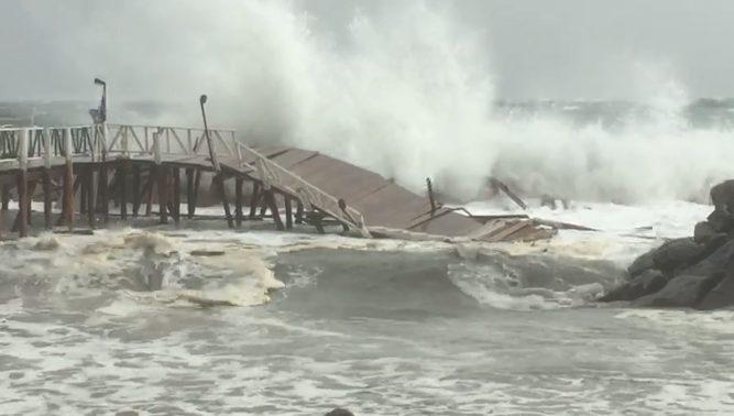 Napoli crolla il pontile del bagno sirena