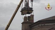 Terremoto, i vigili del fuoco smontano il campanile lesionato a Camerino