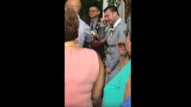 Quando arriva la sua sposa scoppia a piangere: la scena è commovente