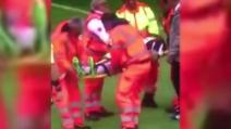 Chievo-Juve, Andrea Barzagli esce dal campo in barella dopo l'infortunio al braccio