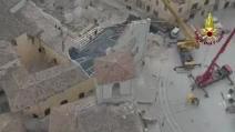 Terremoto, salvaguardia opere sepolte della basilica di Norcia: le operazioni dei vigili del fuoco