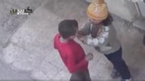Siria, i suoi amici muoiono di fame: condivide il suo panino con loro
