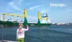Menina faz gestos para o navio, mas a cena toma um rumo inesperado. veja o que acontece no final