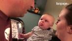 Pai beija mãe: a reação da pequena é engraçada