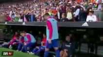 """Tifoso avversario colpisce calciatore del Barcellona: si """"trasforma"""" quando viene inquadrato dalle telecamere"""