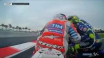 MotoGp Sepang, il bacio di Rossi a Dovizioso dopo la vittoria