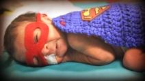 Infermiera veste da supereroi i bimbi prematuri ricoverati in terapia intensiva