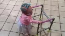 Halloween 2016, la bambina si traveste da nonna: la passeggiata è esilarante
