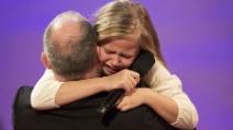 La sorpresa che aspettava da tempo: la bimba riabbraccia il padre dopo la missione
