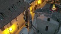 Terremoto, i vigili si calano nella basilica di Norcia: spettacolare recupero della pala d'altare di Jacopo Siculo