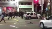 Trump presidente, la polizia contro i manifestanti a Oakland: paura in strada