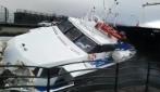 Pozzuoli, collisione tra tre imbarcazioni: il momento in cui una motonave si infrange contro il molo