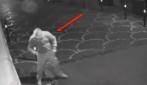 Acerra (Na), il momento in cui un uomo dà fuoco a un negozio
