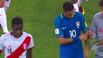 Perù-Brasile, Neymar fermato da un tifoso per un autografo a fine primo tempo