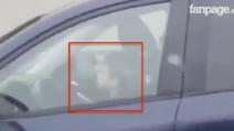 Un bambino guida un'auto in autostrada e sfiora i 100 km/h: la scena è assurda