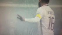 Atalanta-Roma, lancio di petardi e fumogeni: De Rossi cerca di calmare i tifosi giallorossi