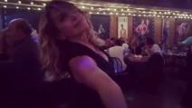 Barbara d'Urso fa il Mannequin Challenge da sola mentre gli altri ballano