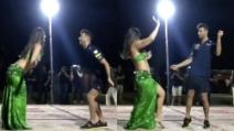 Aspettando il Gp di Abu Dhabi: spettacolo Daniel Ricciardo con la danzatrice del ventre